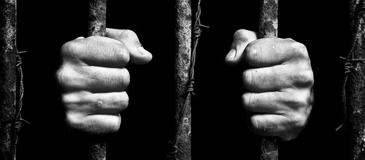 Translyte palaikyta moteris pasodinta į vyrų kalėjimą