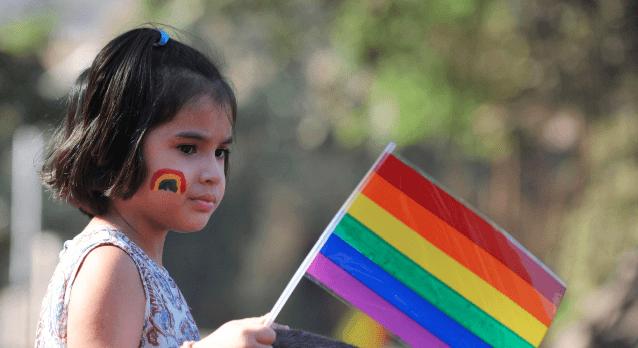 Medicinos etikos žurnalas: vaikai galėtų būti paimami iš tėvų, prieštaraujančių lyties keitimo operacijai ar pakaitinei hormonų terapijai